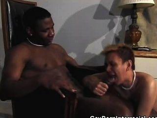 समलैंगिक Bareback कमबख्त और चूसने अंतरजातीय