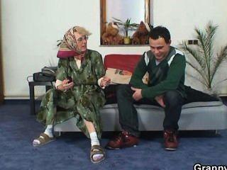 अकेला दादी एक पूरी तरह से अजनबी को प्रसन्न