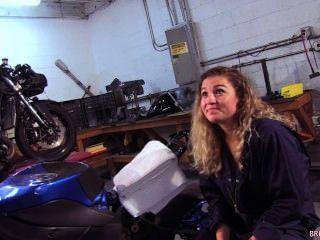 महासागर मोटरसाइकिल मैकेनिक की दुकान मरीन मुर्गा बेकार है