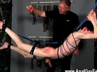 समलैंगिक फिल्म गरीब नौजवान प्रदर्शन पर उसकी bootie के साथ वहां लटक रही है