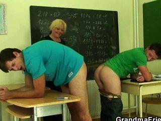 परिपक्व शिक्षक दो सींग का बना लोगों द्वारा गड़बड़ हो जाता है