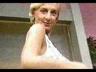गोरा एक टीवी शो में नग्न हो रही है