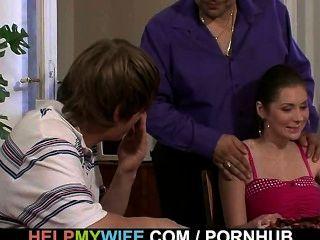 पिज्जा लड़का उनकी युवा पत्नी करता है