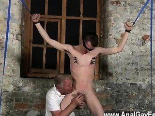 उसके संवेदनशील अंडकोष के साथ गर्म समलैंगिक tugged और अपने डिक झटका हुआ और