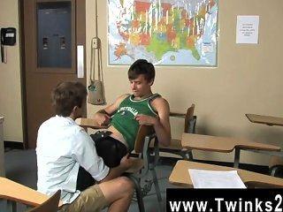 Twink सेक्स एस्टन रश और Brice कार्सन रोमियो का अभ्यास कर रहे हैं और स्कूल में
