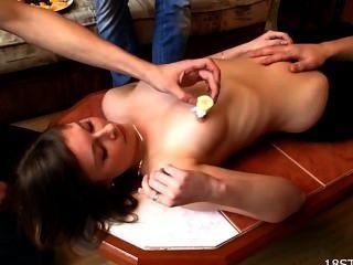 गर्म किशोरों की लड़की के साथ जंगली सेक्स