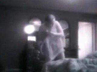 मेरे Busty माँ उसके बेडरूम में जासूसी