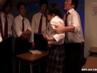 जापानी लड़कियों को मंत्रमुग्ध school.avi में सेक्सी स्कूल लड़की