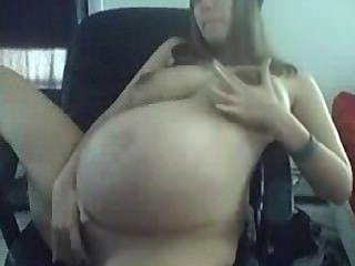युवा गर्भवती बड़े कैम पर चिढ़ा स्तन