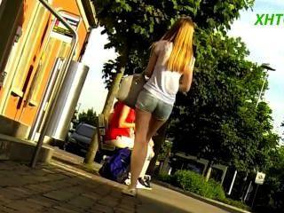 शॉर्ट्स में सुंदर लड़की - पतली टांगों