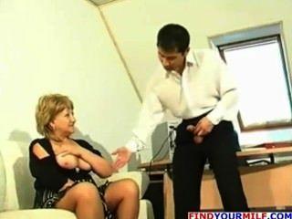 बड़े स्तन के साथ परिपक्व कौगर एक dildo के साथ खेलता है