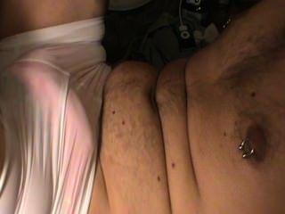 किशोर पहने हुए गर्लफ्रेंड पेटी और लूट शॉर्ट्स masturbates।