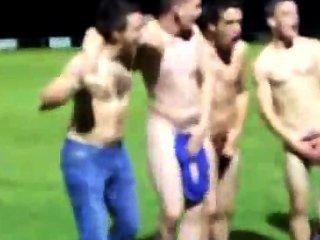रग्बी टीम टीम भावना दिखाने के लिए एक जीत के बाद मैदान पर नग्न हो जाता है