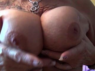 पुराने दादी उसके स्तन से पता चलता है