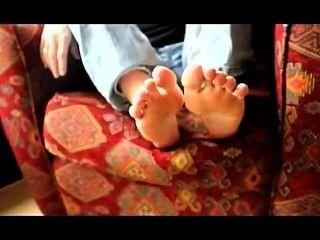 एरियल उसे बदबूदार पैर की उंगलियों चूसने