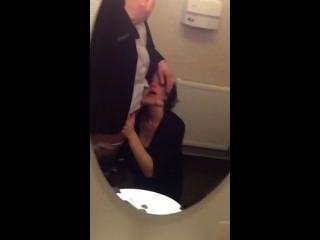 सार्वजनिक शौचालय में पत्नी चूसने