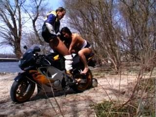 मोटरसाइकिल सवार एक इनाम हो जाता है