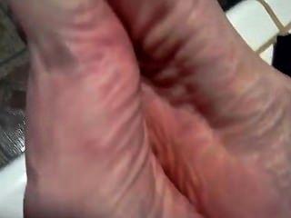 अपने खुद के पैर की उंगलियों चूसने