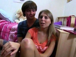 दो सुनहरे बालों वाली लड़कियों बिस्तर पर प्यार का आनंद ले रहे