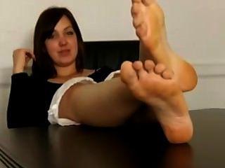 मेज पर बदबूदार पैर