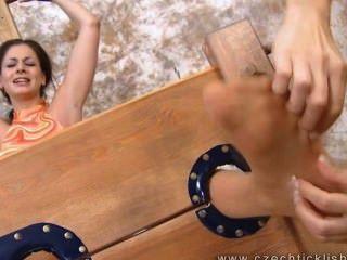 दो लड़कियों लुसी ली गुदगुदी - एफएफ / एफ, गोरे लोग एक श्यामला गुदगुदी!