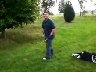- (© ¿©) - गोल्फर उसके निर्माण से पता चलता है - एक की हिम्मत पर अपने खेल में हारने के बाद