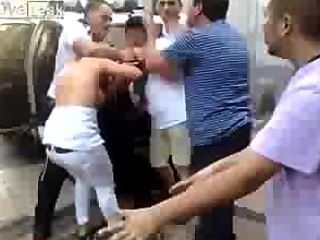 पुलिस ने एक लातीनी महिला (स्तन बाहर पॉप) को नियंत्रित करने में सक्षम नहीं है