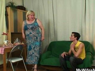 कामुक Oldie कानून में seduces बेटा