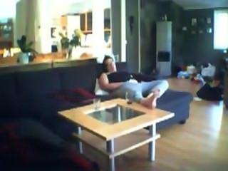 सोफे पर milf जेनी छूत voyeuring
