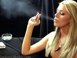 सिमोन धूम्रपान