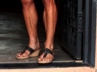 पेशी milf क्रिस तंग कपड़ों में उसकी कामुक, veiny शरीर flexes