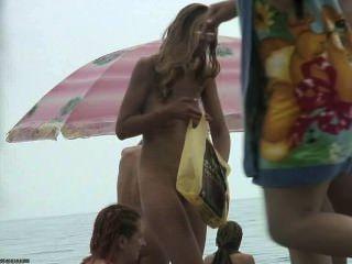 लड़कियों के समूह समुद्र तट पर नग्न