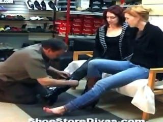 जूते की दुकान में पैर बुत चाटना