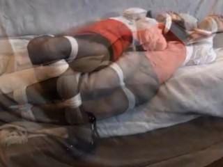 एक सोफे पर बेब