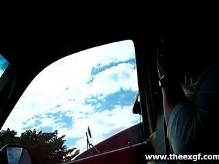 उसके स्तन बाहर के साथ ड्राइविंग