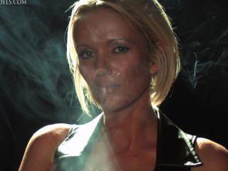 लुसी ज़रा चमड़े में धूम्रपान बुत