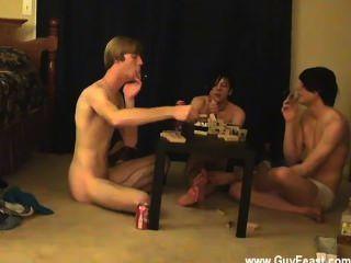 कट्टर समलैंगिक ट्रेस और विलियम अपने नए दोस्त ऑस्टिन के साथ एक साथ मिलता है
