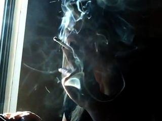 सूरज की रोशनी में धूम्रपान