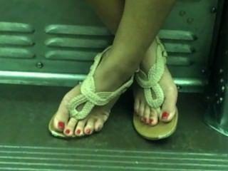 ट्रेन पर खरा एशियाई सेक्सी पैर
