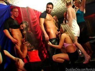 गंदा पार्टी लड़कियों क्लब तांडव में लंड चूसना