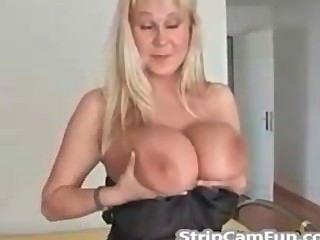 वेबकैम पर बड़े स्तन के साथ परिपक्व गोरा