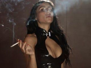 धूम्रपान सोफी सेक्सी तंग लेटेक्स लेगिंग और शीर्ष पहनता