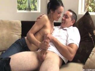 सोफे पर सेक्सी श्यामला सुबह handjob