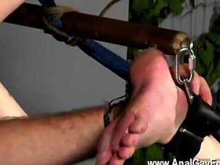 नग्न आदमी गरीब बालक प्रदर्शन पर उसकी लूट के साथ वहाँ निलंबित किया जाता है और