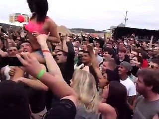 कैरोलिना विद्रोह 2013 में गर्म लड़की चमकती भीड़