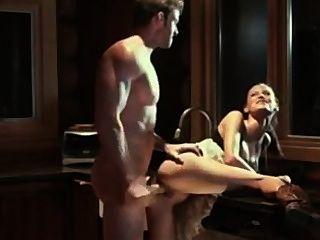 एमी रसोई घर में एक नग्न हिरन पकड़ता है और उसे उसके गधे में आमंत्रित किया