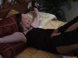 बिस्तर पर गुदगुदी