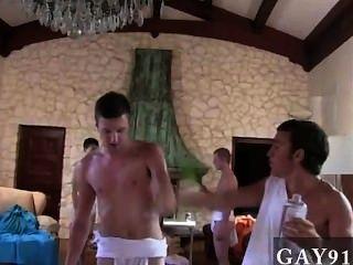 नग्न लोग कैपा लोगों को होने से उनकी टोगा भोज के लिए prepping रहे हैं