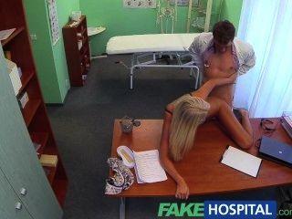 FakeHospital डॉक्टरों सेक्सी गोरा ovulating पत्नी अपने कार्यालय में आता है
