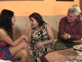 बूढ़े माता पिता उसकी बकवास के रूप में वह छोड़ देता है